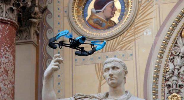 Drone Parrot su statua del Tronfatore