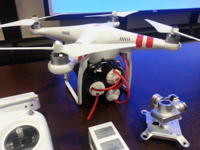 Un drone DJI Phantom equipaggiato on esplosivo alla conferenza del 16 gennaio DHS conference - Photo credit (c) Daniel Herbert