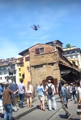 drone-sopra-a-persone-ponte-vecchio-firenze