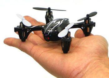 mini drone tenuto in mano