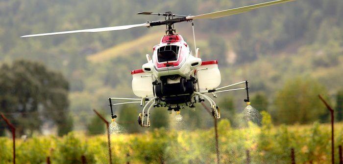 droni in agricoltura per lo spargimento di spray fertilizzanti