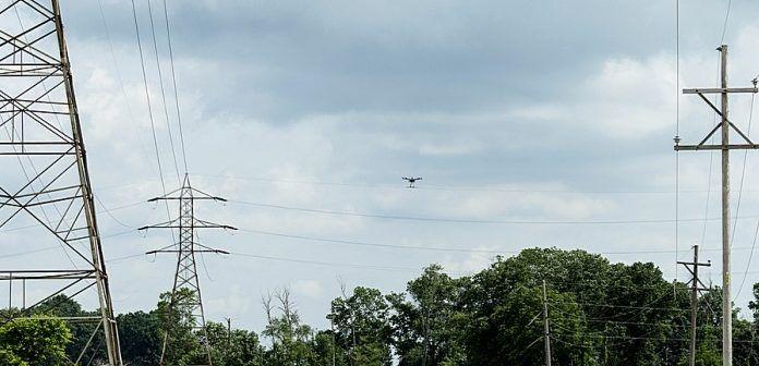Droni ispeziona linee elettriica aerea
