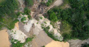 foto di miniera attiva in amazzonia presa da drone