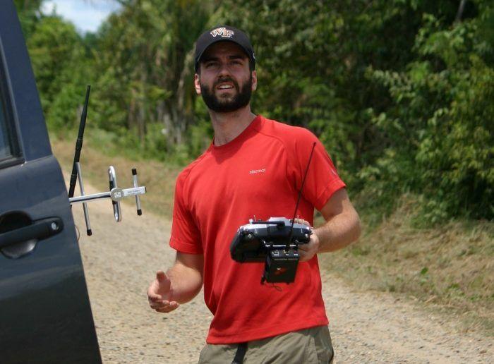 Max Messinger biolgo della 'Wake Forest University' durante il pilotaggio di un drone nella foresta amazzonica peruviana - photo credit (c) Jason Beaubien/NPR