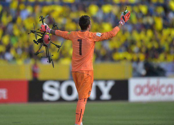 Ilò portierer Fernando Muslera raccoglie il drone caduto sul campo di calciolie-drone-caduto-su-stadio