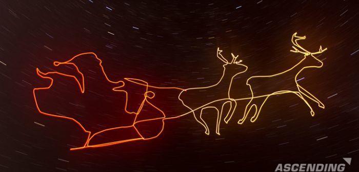 Babbo Natale disegnato con scia luminosa nel cielo e drone asctec falcon 8