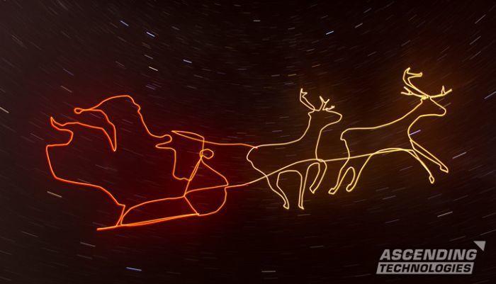 Babbo Natale con slitta e renne disegnato con scia luminosa nel cielo da un drone asctec falcon 8