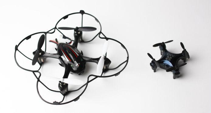 a sinistra il JJRC H6D e a destra il drone Axis Vidus