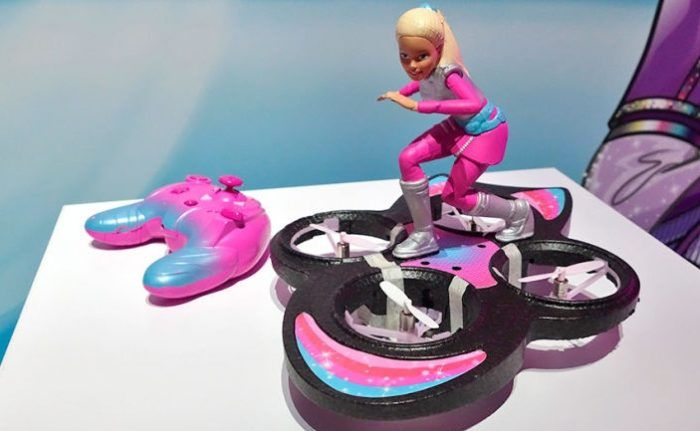 barbie con drone hoverboard