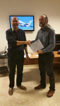 Rabito (a destra) riceve l'attestato di pilota remoto da Paolo Fallavollita dell'Aeroclub dell'Aquila