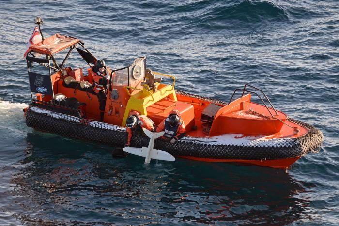 Personale della HMS Protector's durante il recupero del drone SULSA