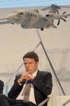 Matteo Renzi durante l'inaugurazione dello stabilimento Piaggio Aerospace a Villanova d'Albenga (Savona), novembre 2014. ANSA/ LUCA ZENNARO