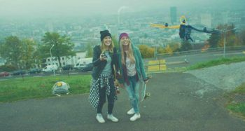 girls_flying_fotokite_city-1500-800