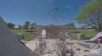 Che succede se un drone sbatte contro l'ala o i timoni di un aeroplano? Coriandoli per il drone, vernice graffiata o alla peggio un gibollo per l'aeroplano
