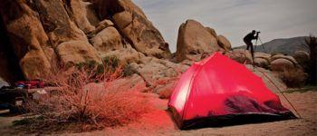 Un campeggiatore a Al Khawaneej