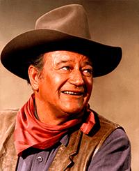 John Wayne, lui sì che era uno sceriffo serio, whisky e colt, altro che drone e radio
