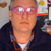 Gli imbarazzanti occhiali fucsia del Masali (fotogramma)