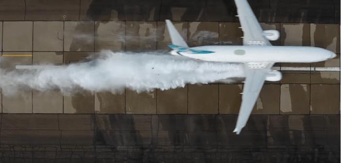 Chi l'ha detto che i droni sono nemici degli aeroplani? Boeing li usa per i test del nuovo 737