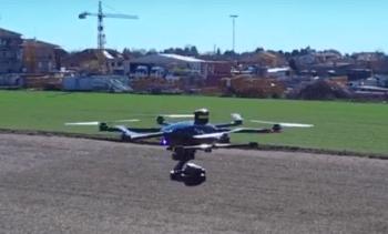 Fotogramma di un drone professionale da noi ripreso in volo con un seflie drone Yuneec Breeze