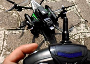 """Il drone con le eliche in posizione """"corsa"""", inclinate in avanti per correre, navigare e saltare. Ma volendo ci si può anche volare."""
