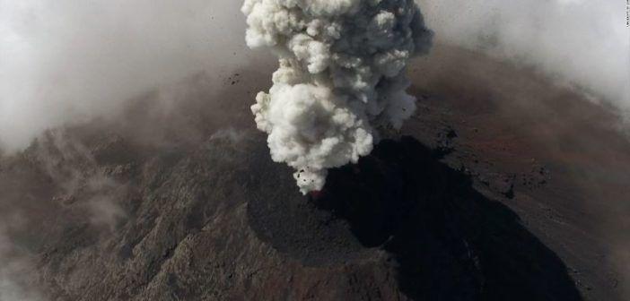 scienziati studiano i vulcani col drone