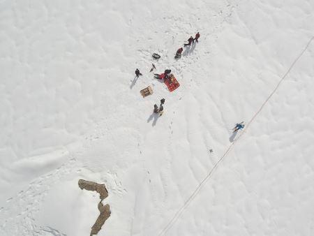 drone sorvola il ghiacciao col team di ricercatori sul campo