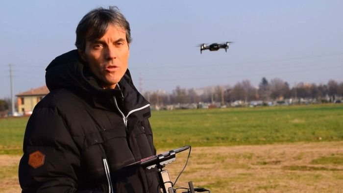 Stefano Orsi, direttore scientifico di DronEzine, prova in hivering il Mavic Air