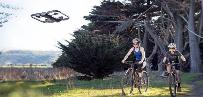 Il drone Skydio riprende una ciclista