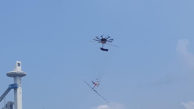 Un drone della sicurezza cattura con la rete un altro drone