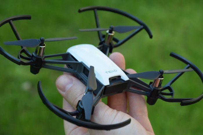 drone tello in mano