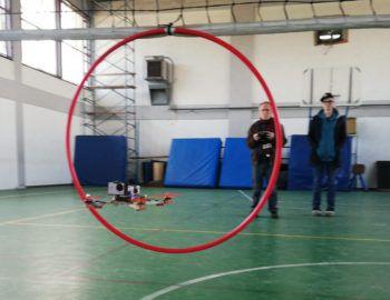 Gare di destrezza di pilotaggio dei droni all'interno di alcune scuole