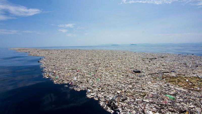Droni anfibi per salvare i mari dalle isole di plastica